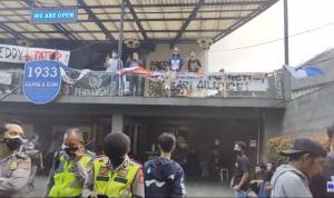 Tidak puas dengan hasil yang diperoleh Persib pada seri pertama Liga 1, Bobotoh kembali melancarkan aksi demo lanjutan di depan Graha Persib di Jalan Sulanjana, Tamansari, Bandung. Minggu (10/10/2021). Dok: Youtube @halo biru.