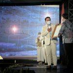 Gubernur Jawa Barat, Ridwan Kamil menerima petikan Peraturan Presiden Nomor 87 tahun 2021 tentang Percepatan Pembangunan Kawasan Metropolitan Rebana dan Jabar selatan. Dok: jabarprov.go.id.