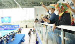 Gubernur Jawa Barat, Ridwan Kamil menyaksikan tim Polo Air Putra kontingen Jabar bertanding melawan kontingen DKI Jakarta pada PON XX Papua 2021. Dok: humsa.jabarprov.go.id