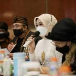Juri kehormatan Pasanggiri Mojang Jajaka 2021, Atalia Praratya mengaku terkejut dengan para peserta Pasanggiri Moka Jabar 2021 kali ini. Dok: humas.jabarprov.go.id.