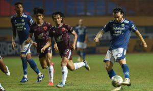 Gelandang tengah persib, Marc Klok (kanan) kala menghadapi PSM Makassar, Sabtu (2/10/2021). Dok: persib.co.id