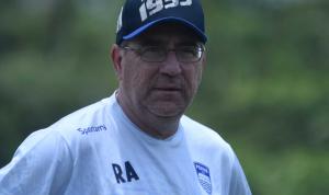 Robert Rene Alberts, pelatih kepala Persib Bandung menyatakan anak asuhnya siap menghadapi PSS Sleman pada laga pekan kedelapan Liga 1 2021/2022 di Stadion Manahan Solo, Jumat (22/10/2021). Dok: persib.co.id.